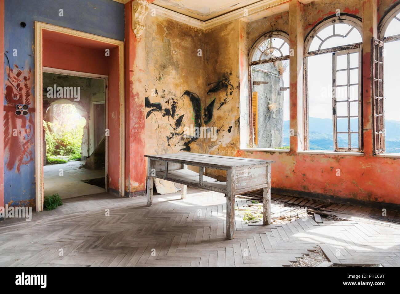 Spooky intérieur de maison en ruine abandonnée Banque D'Images