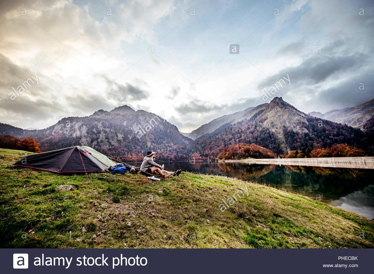 Jeune couple se reposer au camp à côté montagne Photo Stock
