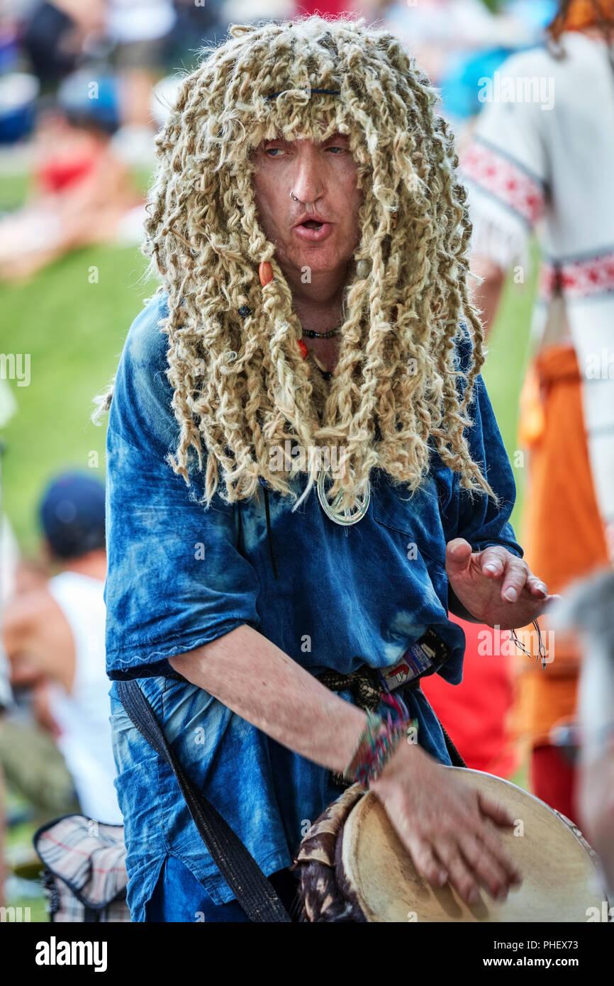 Le percussionniste hippie homme de race blanche