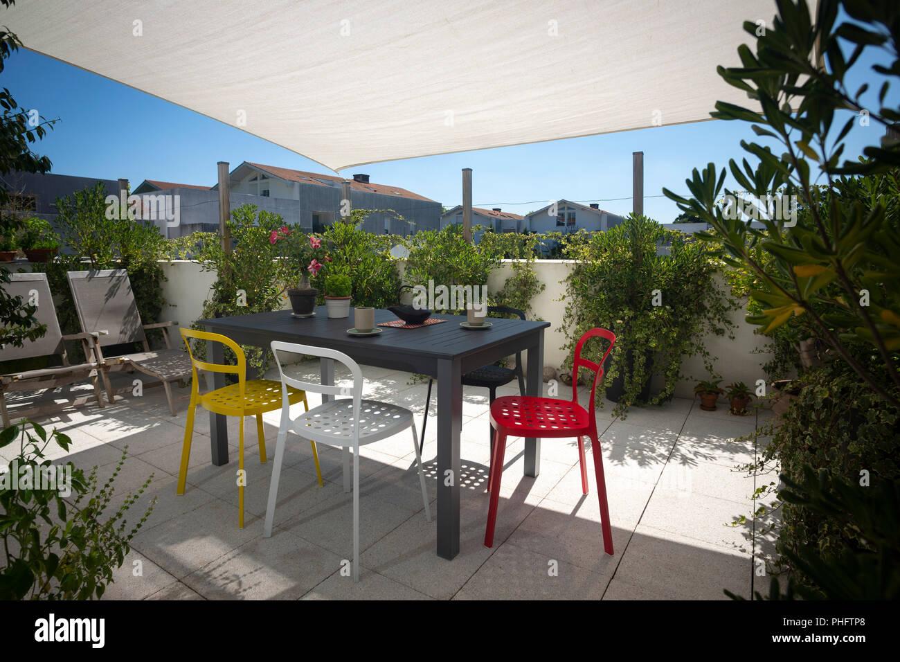 La terrasse d\'un appartement meublé avec un salon de jardin, chaises ...