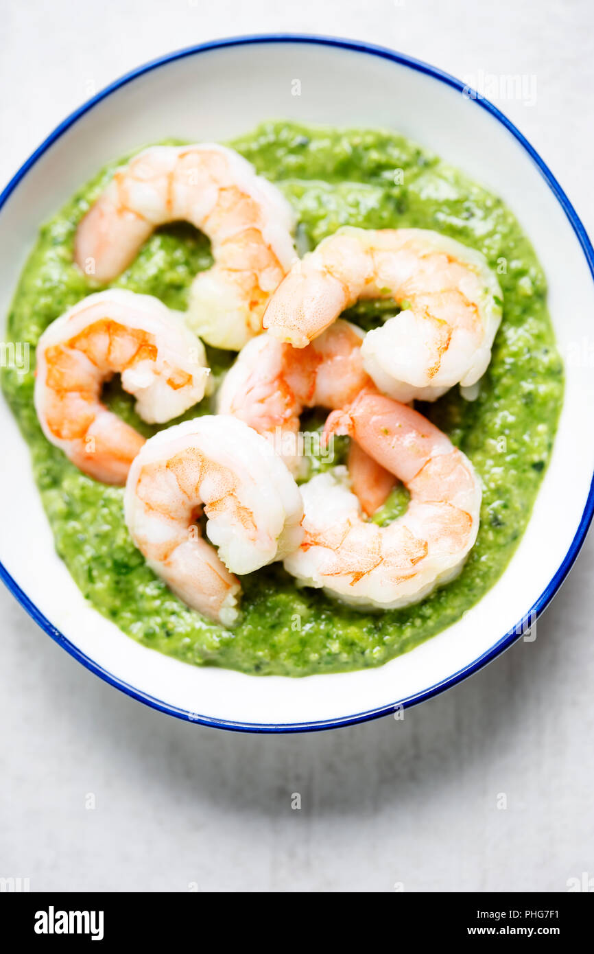 Avec les crevettes au pesto de menthe verte Photo Stock