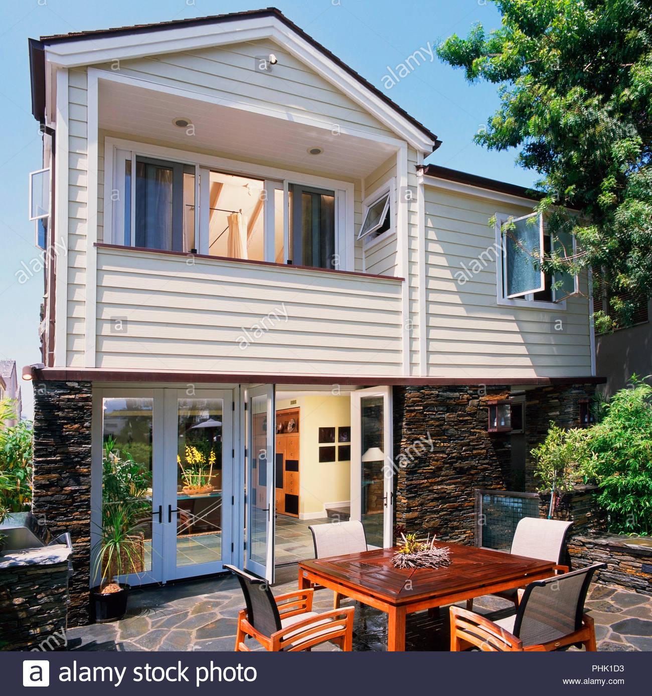 Maison de l'extérieur et un patio Photo Stock