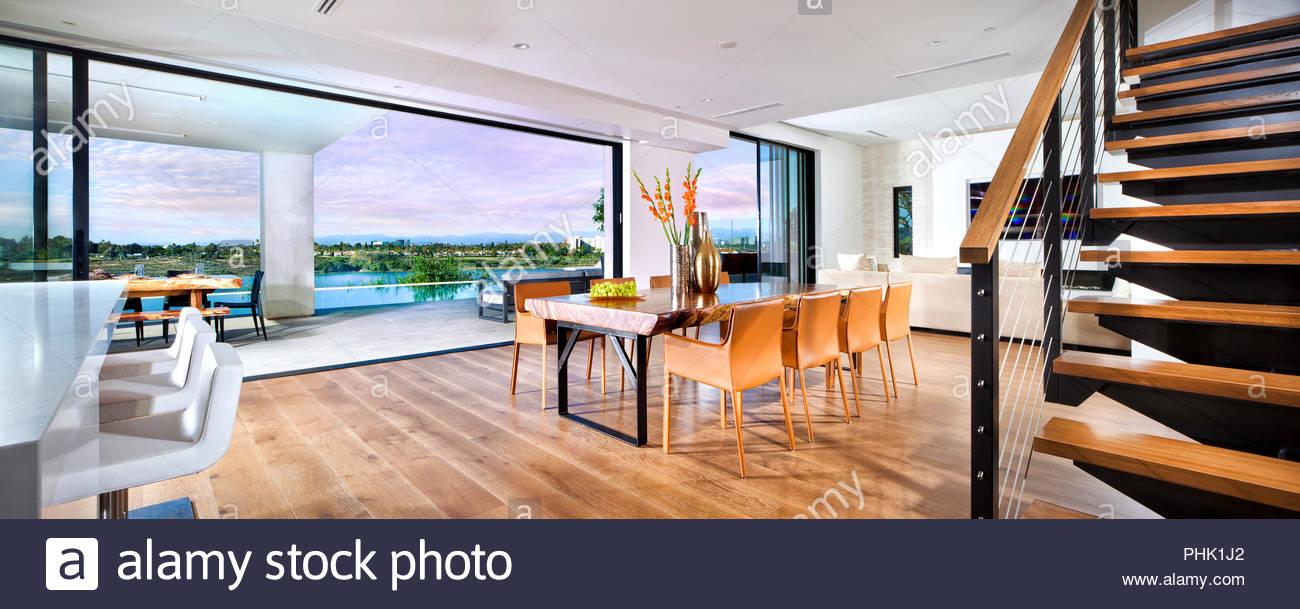 Salle de séjour ouverte avec plancher de bois franc Photo Stock