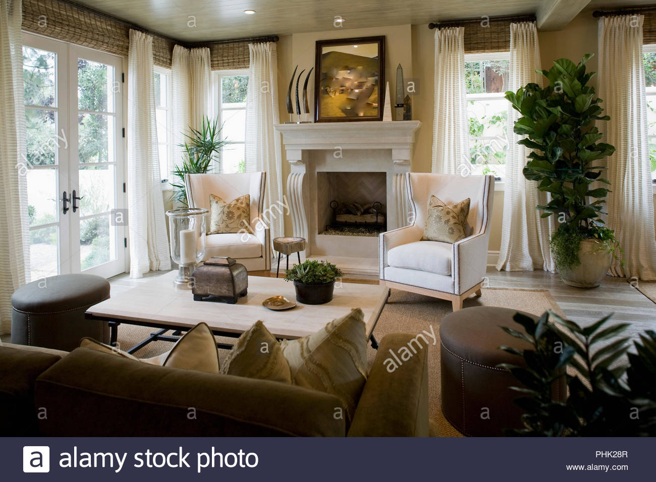 Salle de séjour avec cheminée Photo Stock