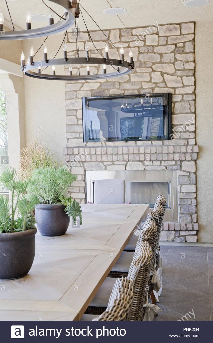 Salle à manger avec cheminée en pierre Photo Stock