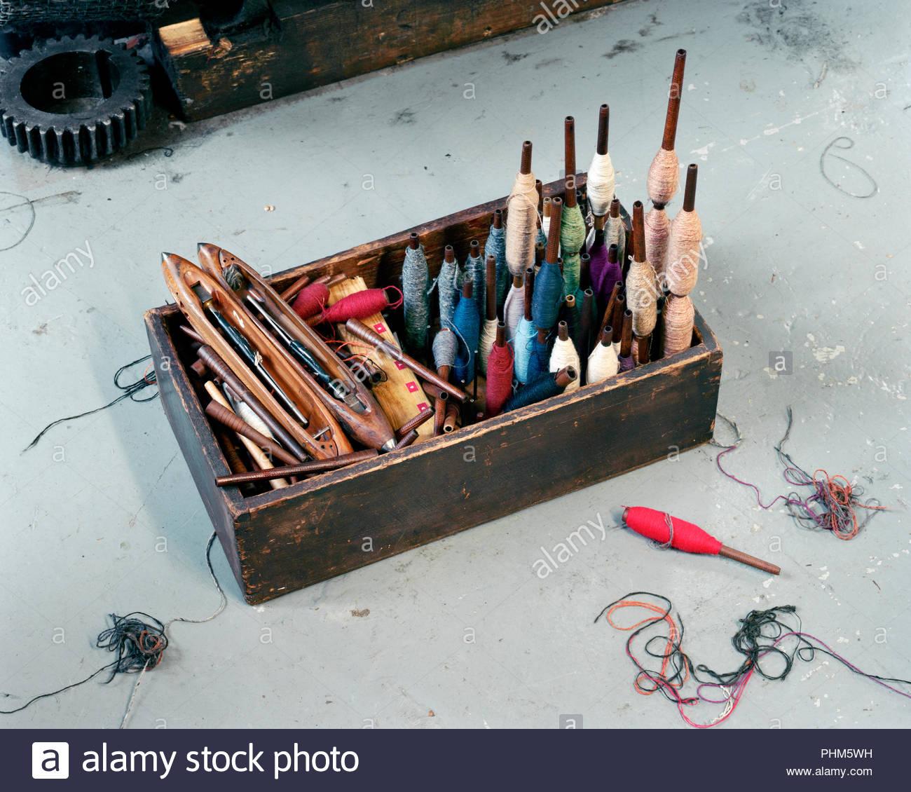 Les bobines de laine et des outils à la case Banque D'Images