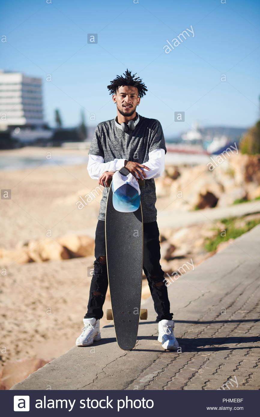 Jeune homme à la casquette et casque Photo Stock