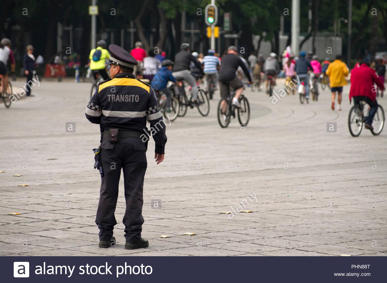 Transport en commun d'un agent de police dans la ville de Mexico sur dirige le trafic de l'avenue Paseo de la Reforma. Photo Stock