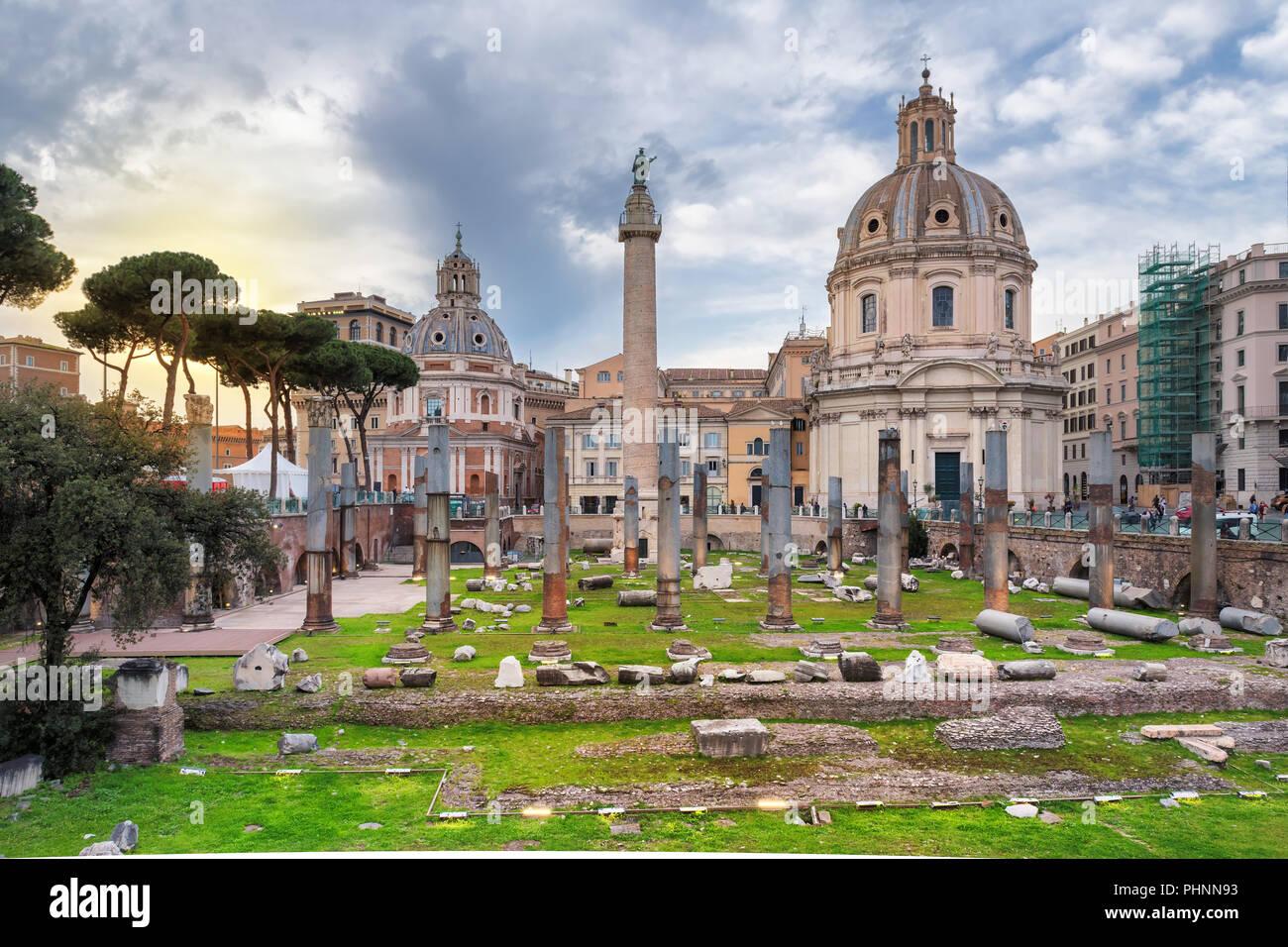 Coucher du soleil Vue de Rome, Italie. Le Forum de Trajan et la Basilique Ulpia, à Rome, Italie. Photo Stock