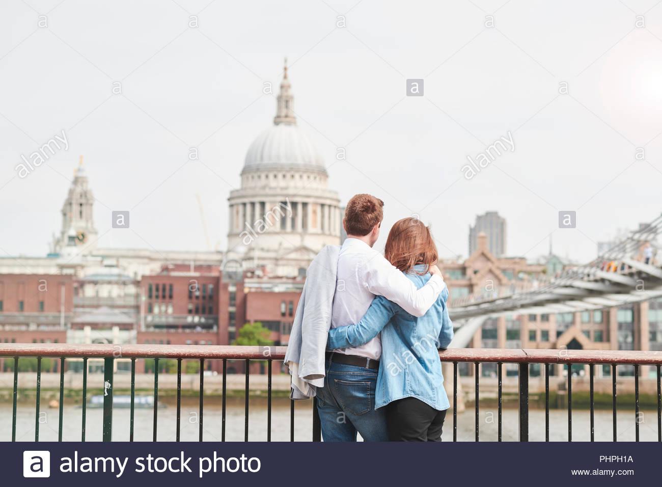 Couple par la Cathédrale St Paul à Londres Photo Stock