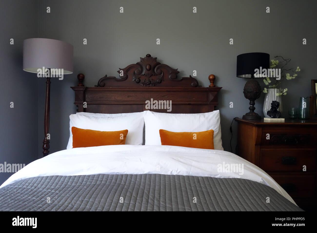 Chambre A Coucher Contemporaine Avec Meubles En Chene Tete