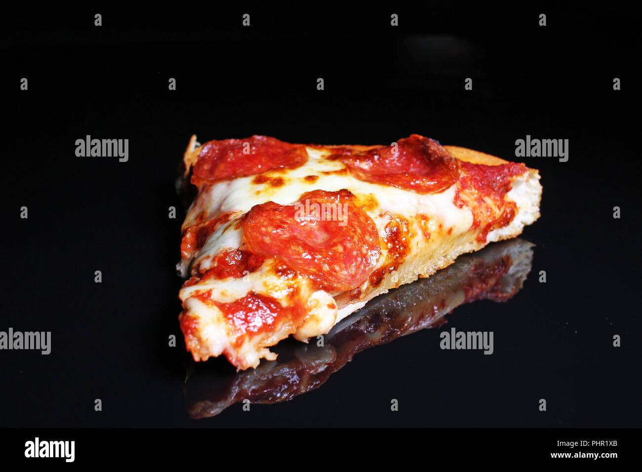 Gros plan de la pizza. Pizza slice sur fond noir. Banque D'Images
