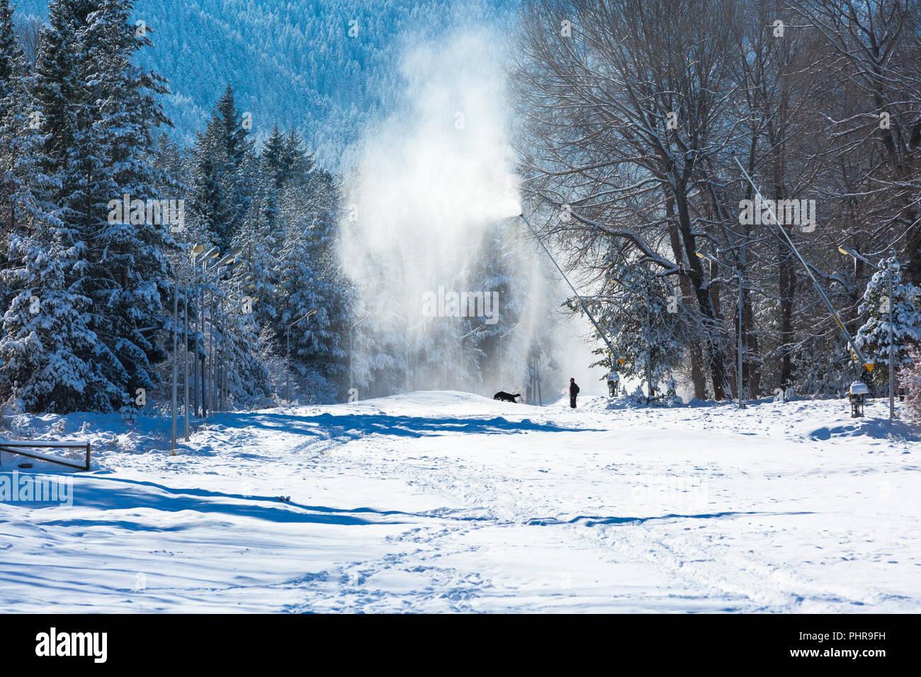 Station de ski d'hiver paysage et canons à neige à Bansko, Bulgarie Photo Stock