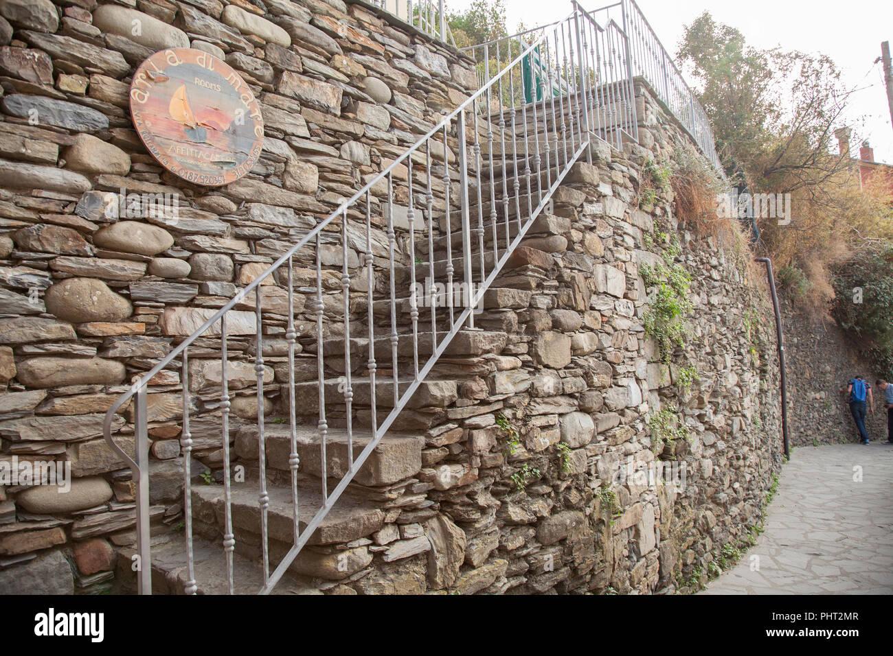 Dei Pini propose des hébergements à Manarola avec vue sur la colline au-dessus de la ville Photo Stock