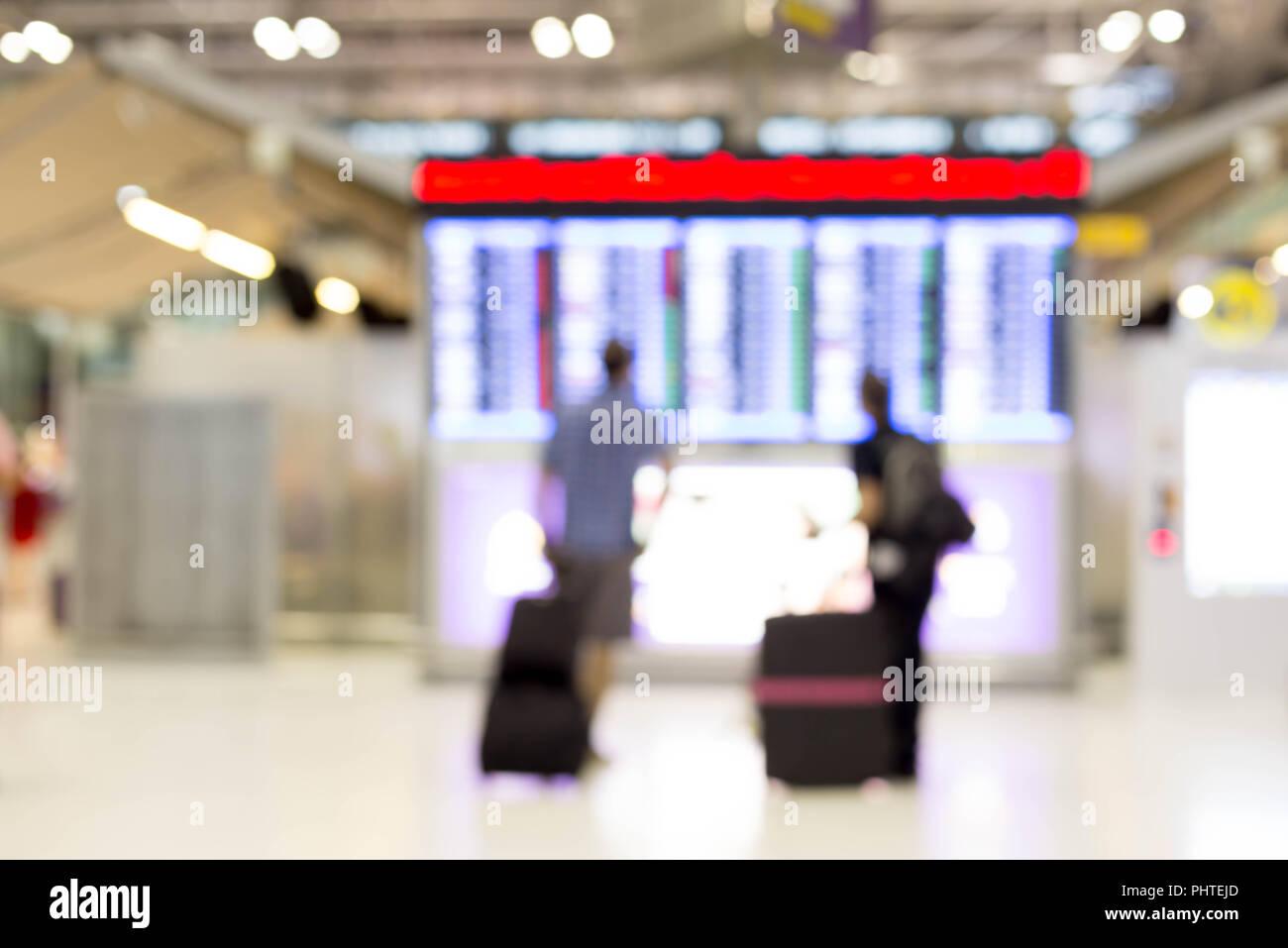 L'image du barbouillage de personnes regardant les écrans de calendrier dans l'aéroport Banque D'Images