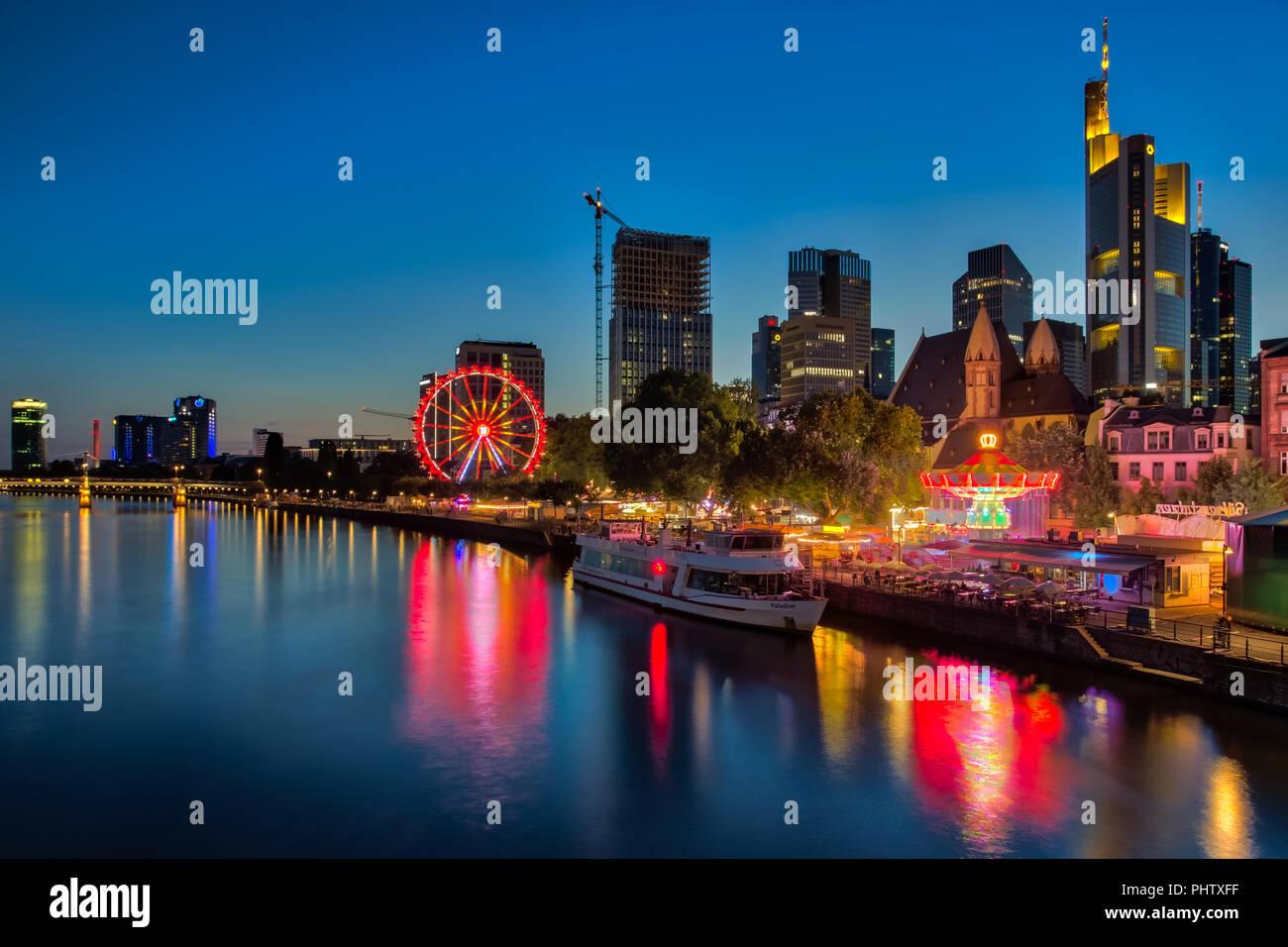 FRANKFURT AM MAIN, ALLEMAGNE - 07 août 2017: Frankfurt am Main - le fonds de commerce de l'Allemagne dans la nuit. View of illuminated skyscrapers Photo Stock