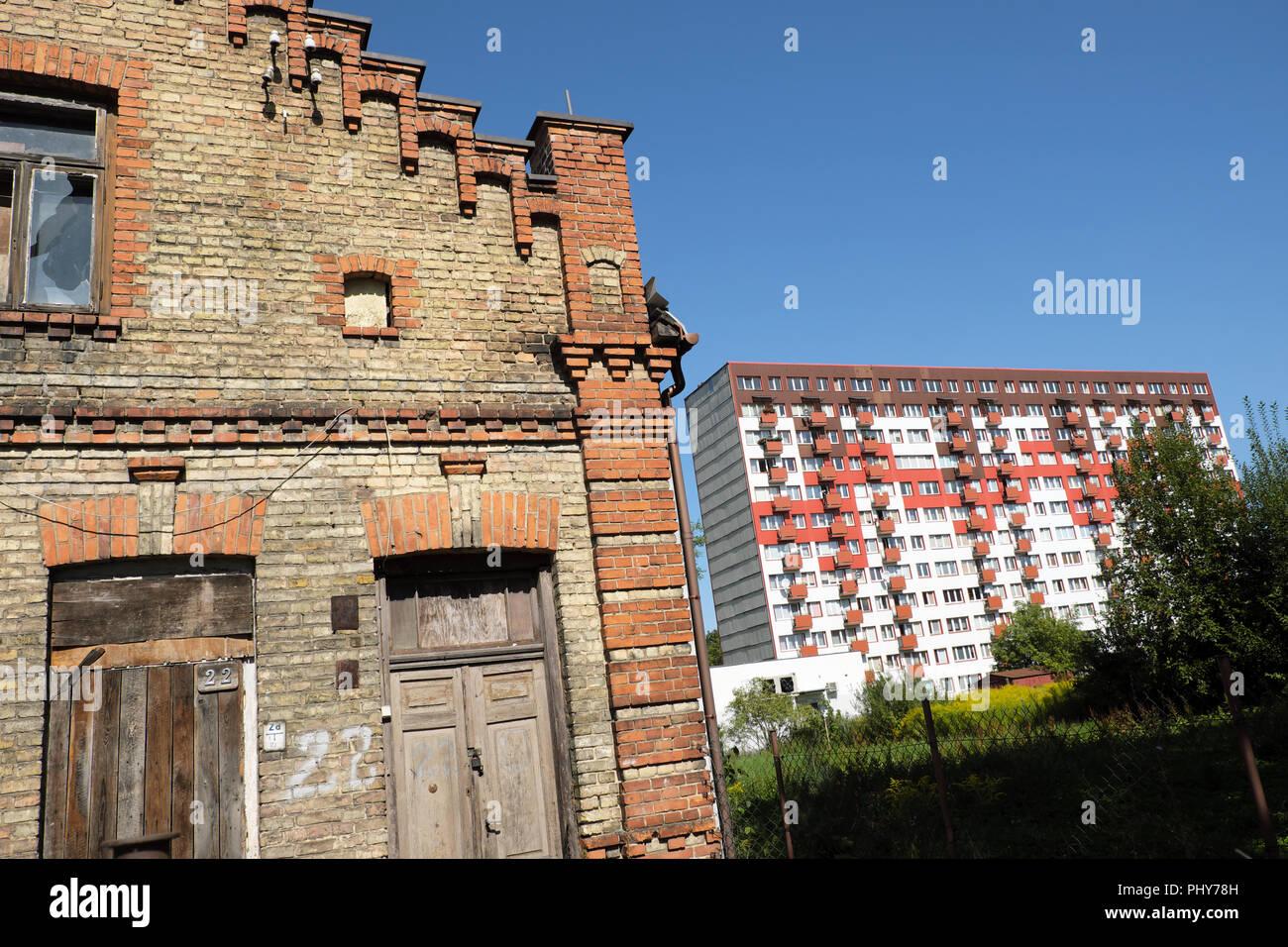 Bialystok Pologne contraste entre l'ancien en briques et l'abandon de la propriété moderne bloc d'appartements de grande hauteur Banque D'Images