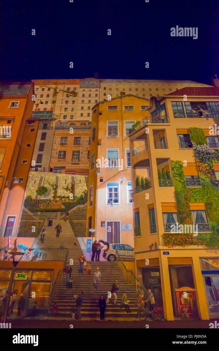 Mur de façade peinte sur un bâtiment à Lyon dans la nuit dans Auvergne-Rhone-Alpes, France. Banque D'Images