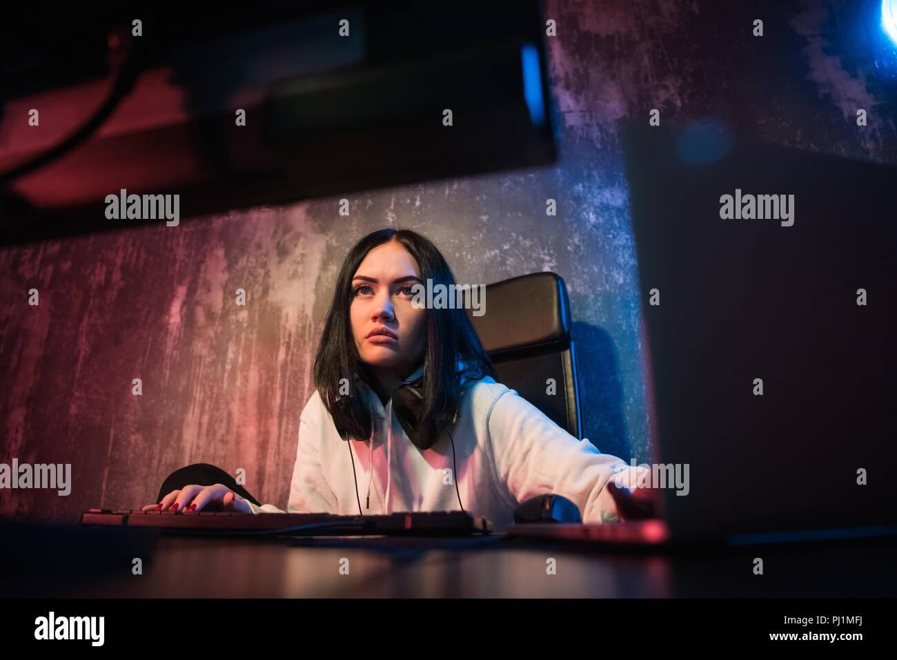 Jeune fille sérieuse qui travaille à la maison sur son PC, dépression, anxiété, problèmes financiers femme seule la dépression. Photo Stock