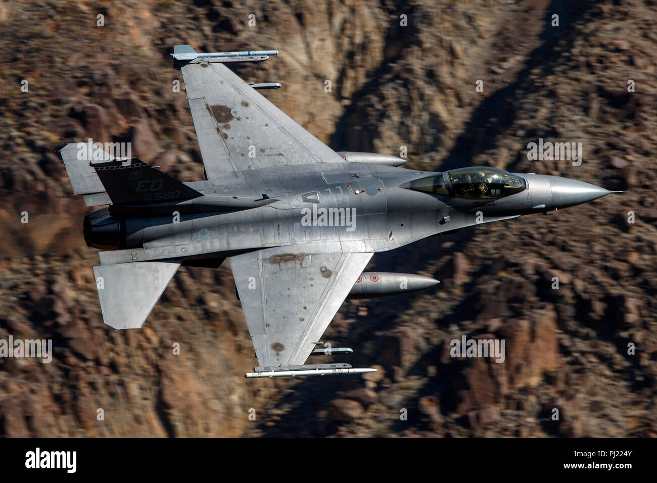 United States Air Force General Dynamics F-16C Fighting Falcon Block 30B (85-1560) vole bas niveau sur la transition par Star Wars Jedi Canyon / Rainbow Canyon, Death Valley National Park, Panamint Springs, California, United States of America Banque D'Images