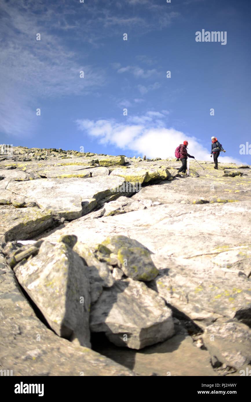 Les gens qui vont jusqu'au sommet de la montagne sur une journée ensoleillée d'automne Photo Stock