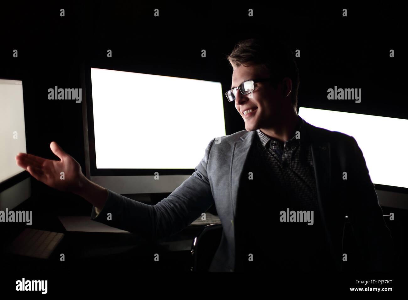 Businessman aborder quelque chose dans la salle d'ordinateur Photo Stock