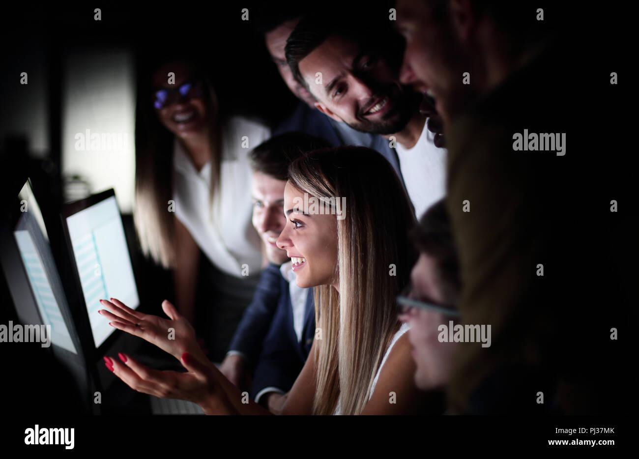 Close up.l'équipe commerciale est en train de discuter de quelque chose en regardant l'écran de l'ordinateur Photo Stock