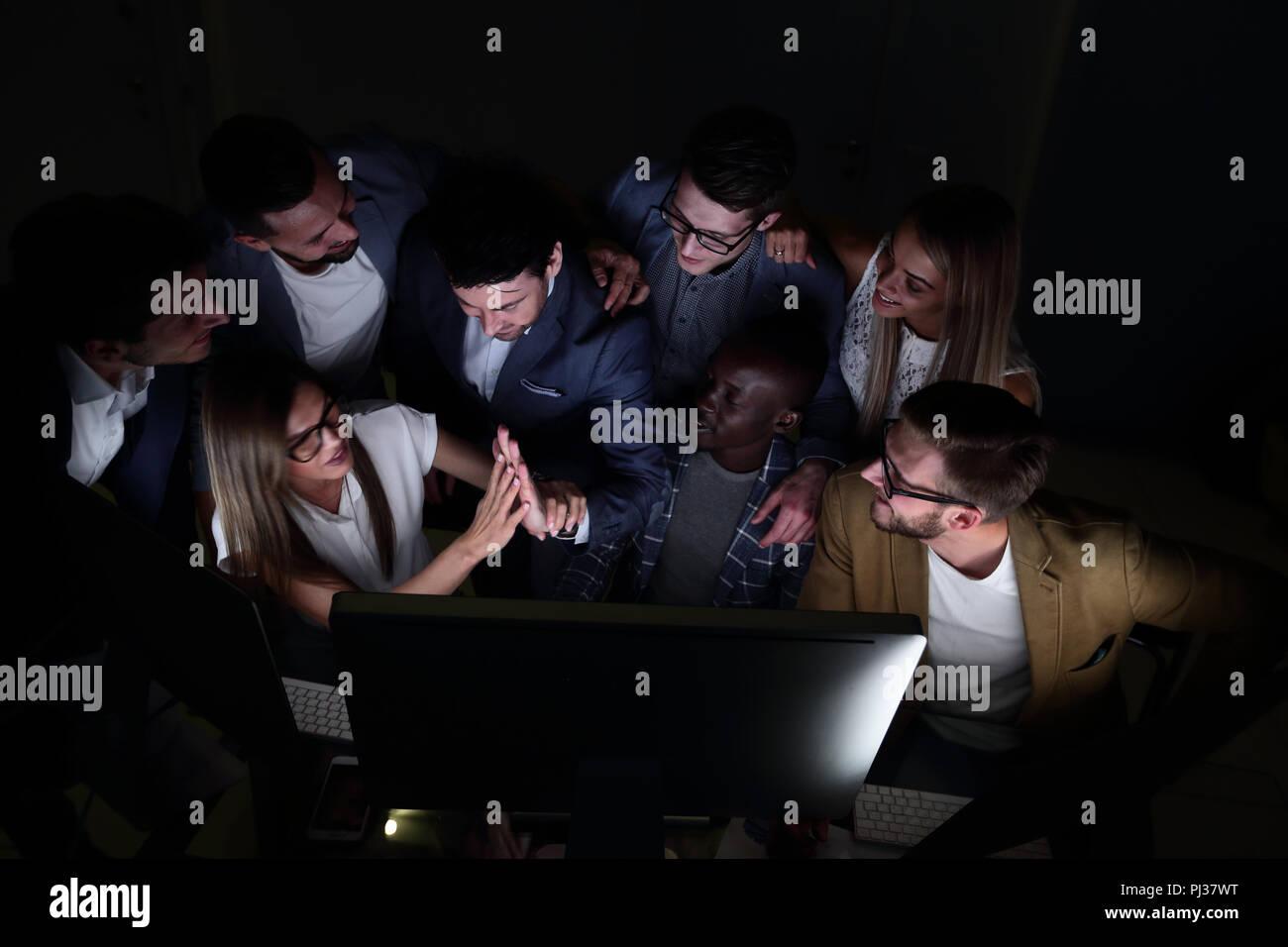 L'équipe de l'entreprise jouit d'une bonne nouvelle et de féliciter les uns les autres en cas de succès Photo Stock