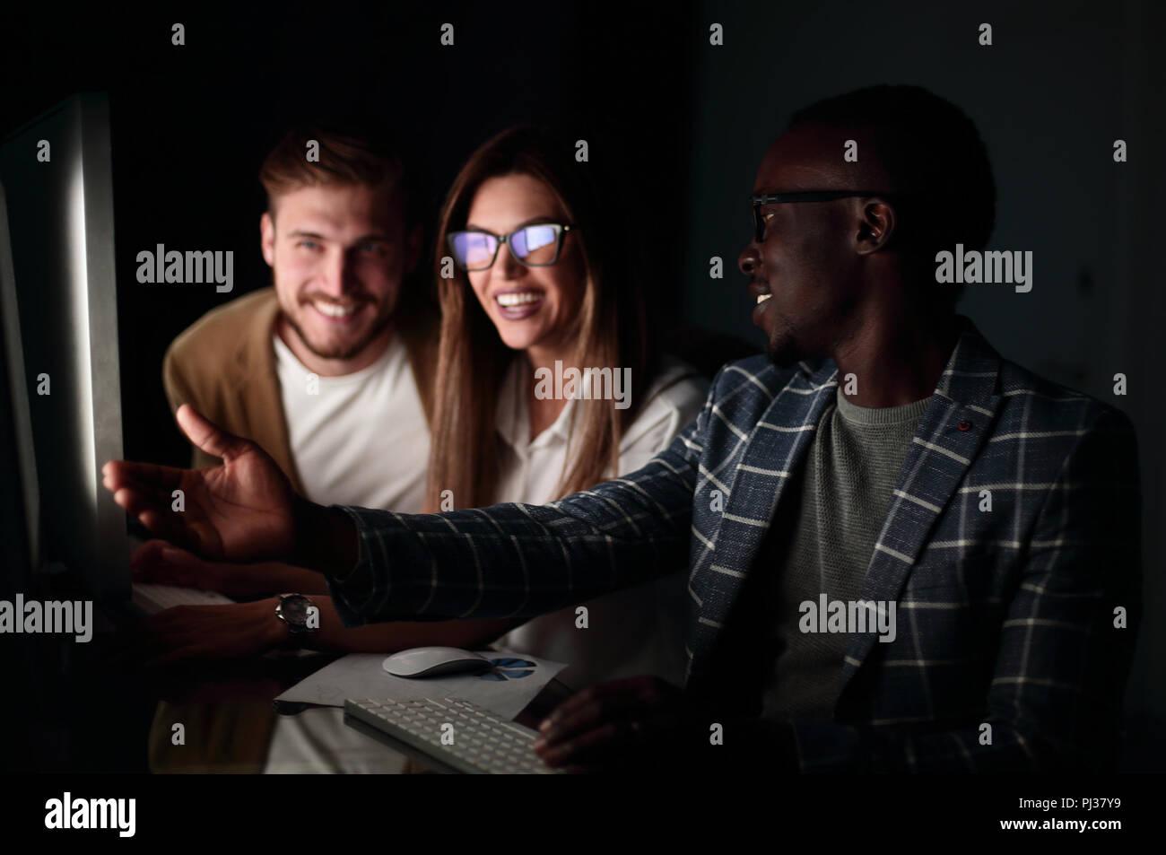 Employés aborder quelque chose assis à la 24 Photo Stock