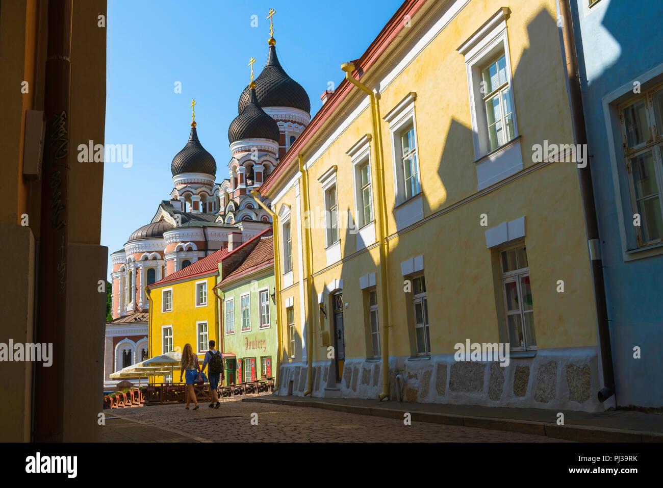 Les jeunes voyagent, vue en été de deux jeunes gens marchant le long d'une rue pittoresque sur la colline de Toompea à Tallinn, Estonie. Photo Stock