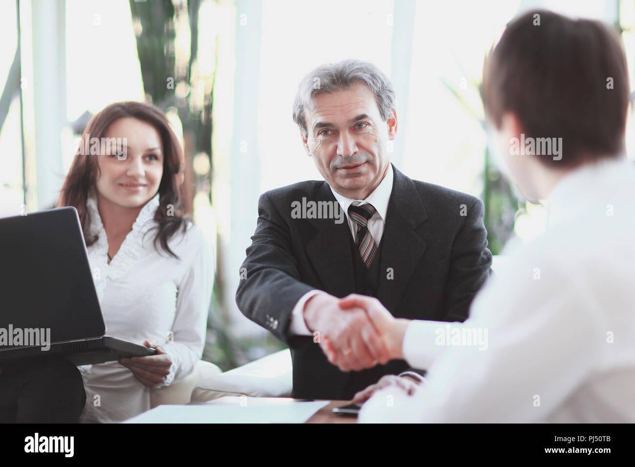 Poignée de main. Gros plan Manager et client sitting at Desk Photo Stock
