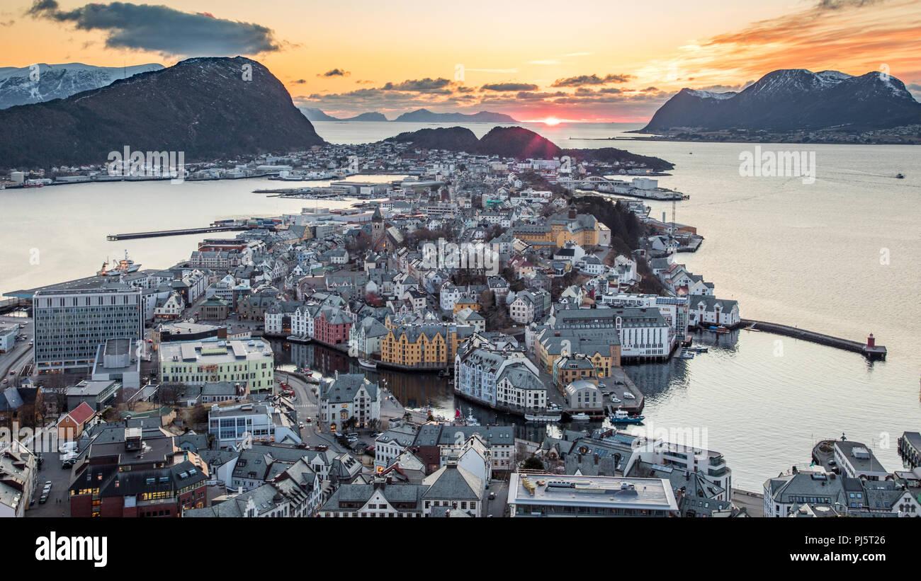 Coucher de soleil sur ålesund, Norvège du point de vue aksla Photo Stock