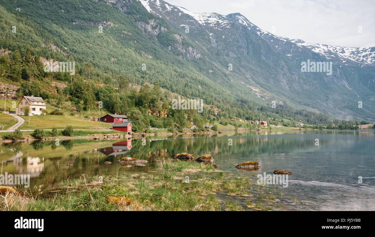 Réflexions de montagnes dans Stryn, Norvège Photo Stock