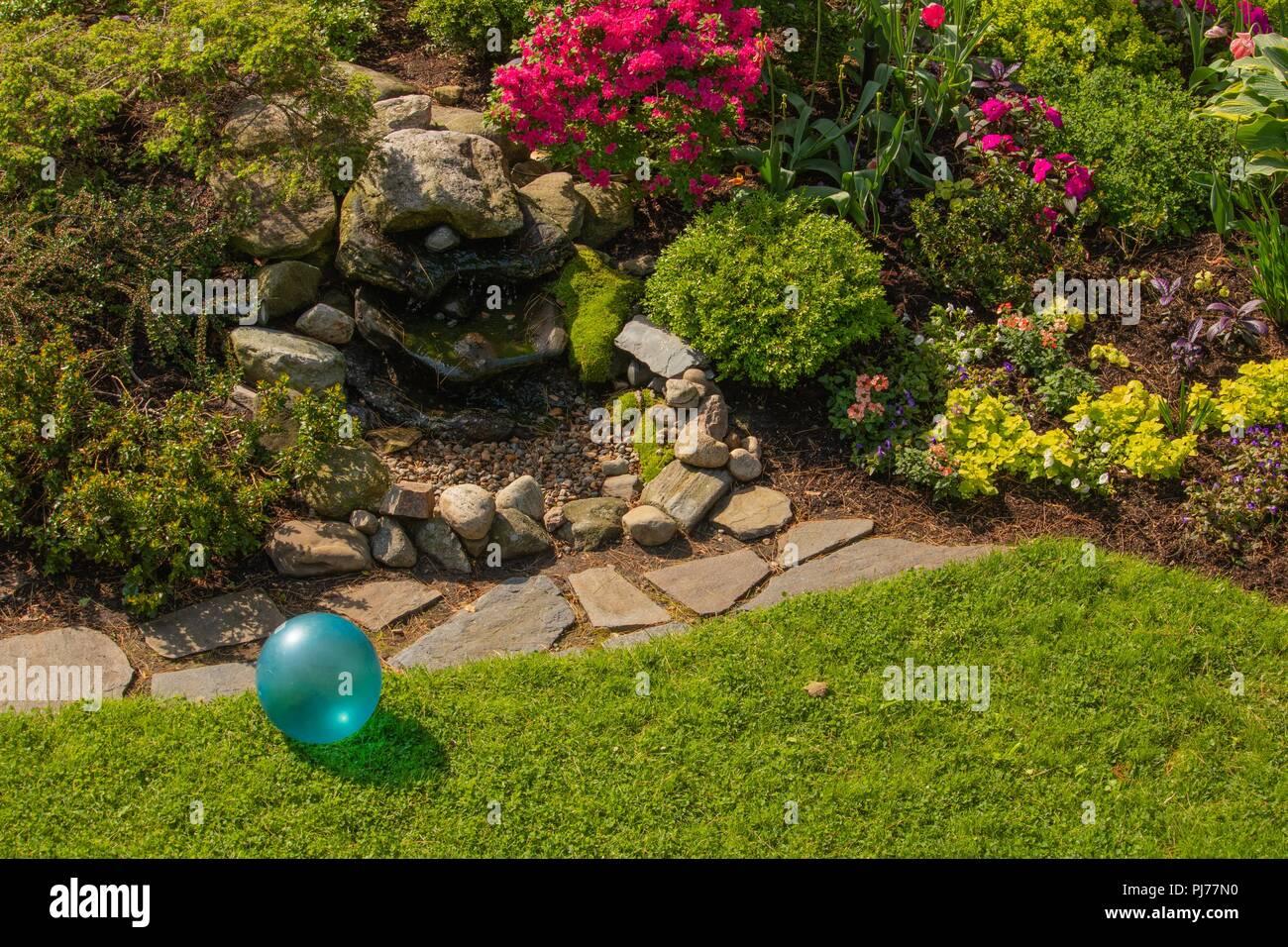 Fontaine en pierre jardin bleu turquoise avec des jouets de la ...