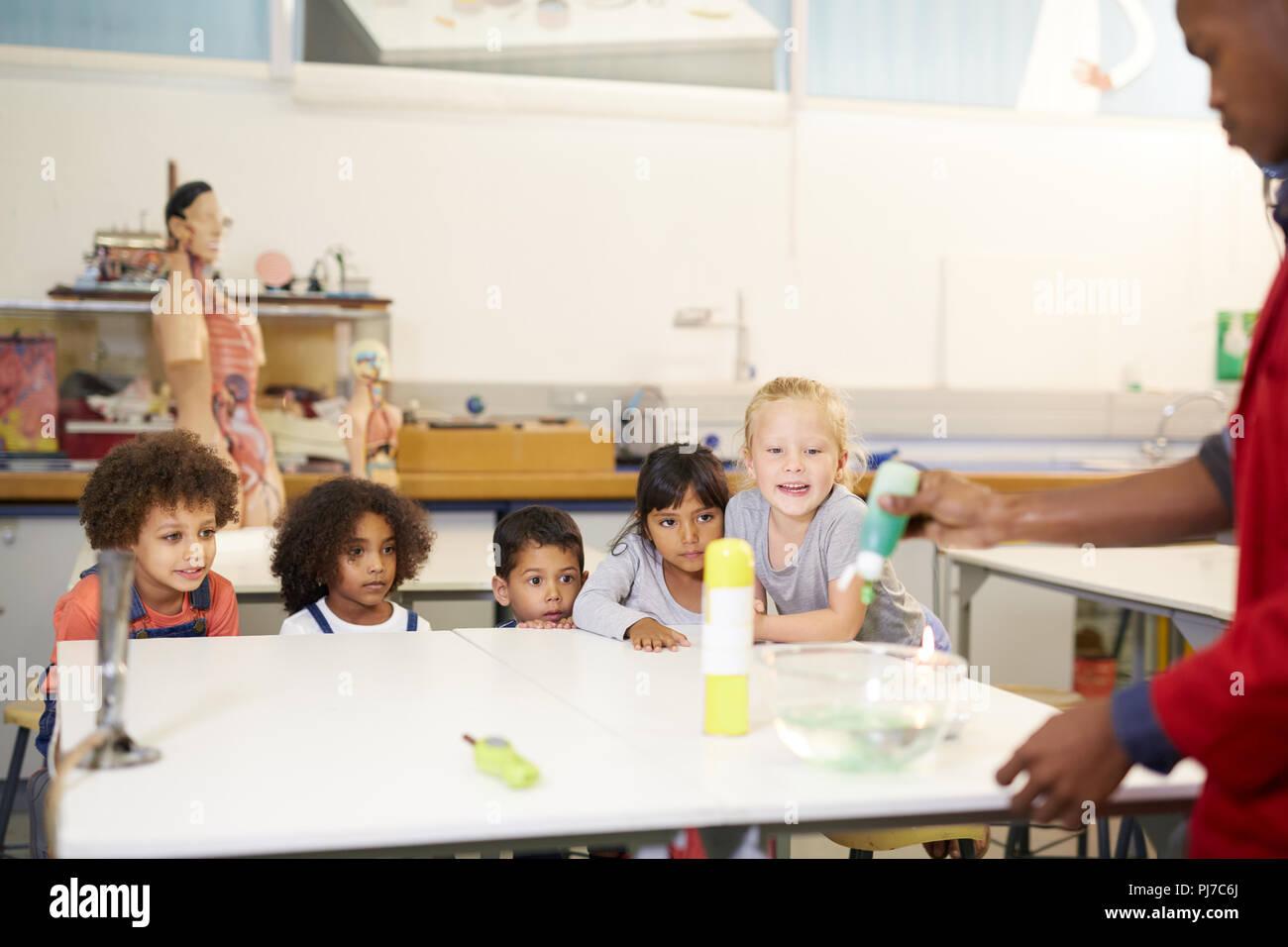 Les enfants curieux à regarder la science experiment in science center Photo Stock