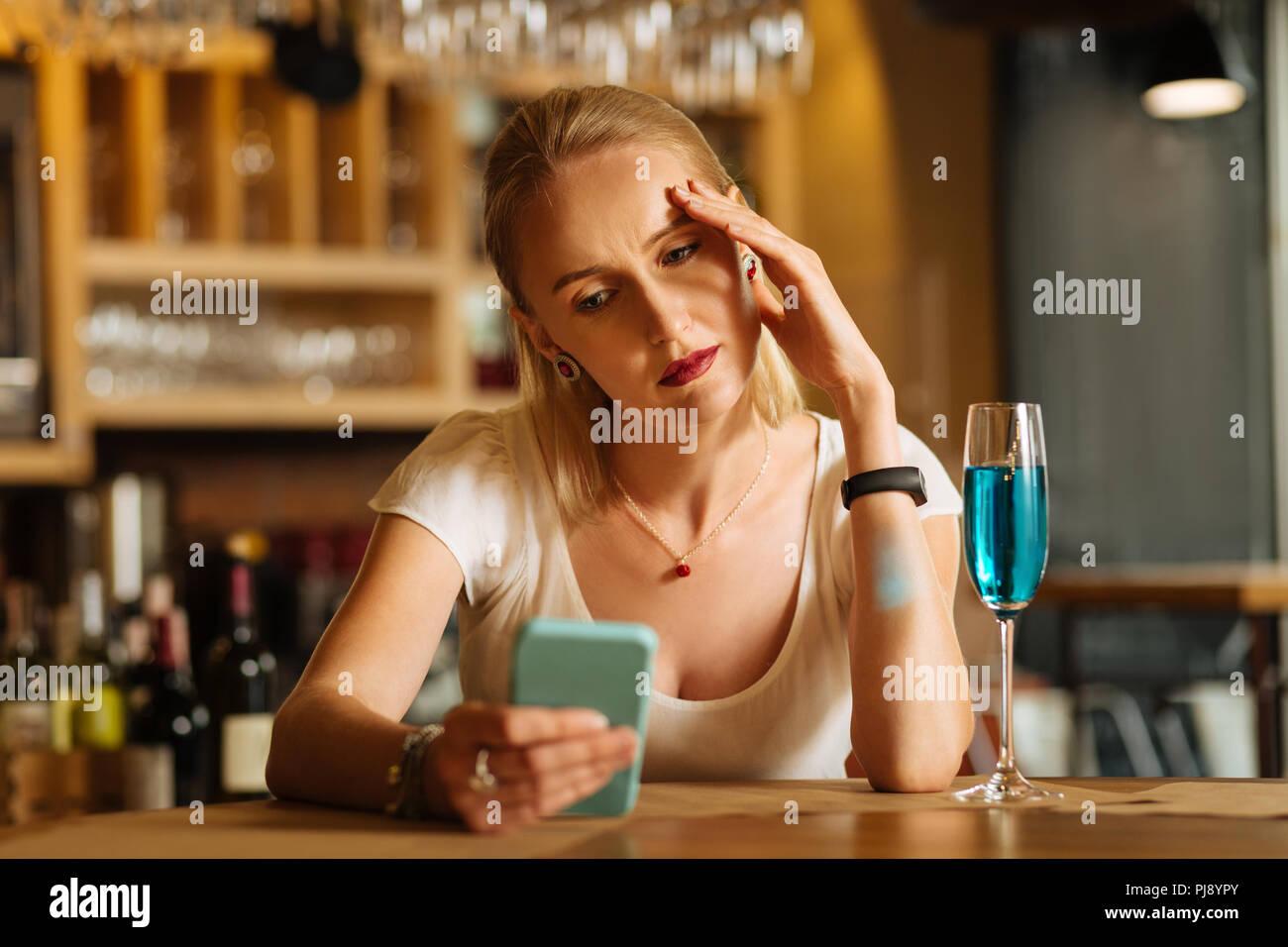 Déprimé triste femme étant de mauvaise humeur Photo Stock