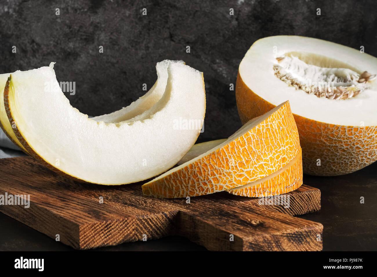 Les tranches de melon sur une planche à découper. selective focus Photo Stock
