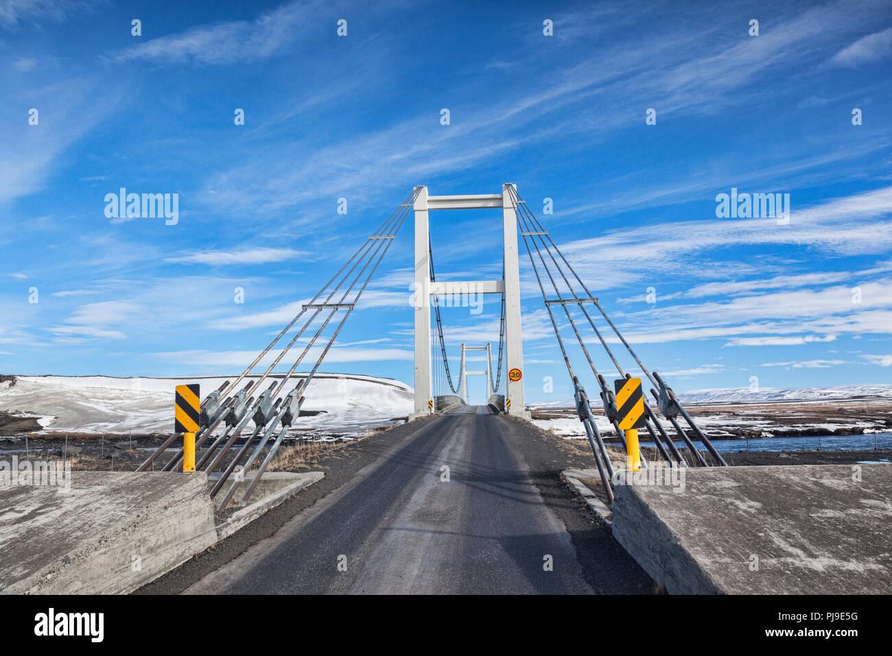 Pont à une seule voie sur la rivière Jokulsa a Fjollum, sur la Rocade de l'Islande. Photo Stock