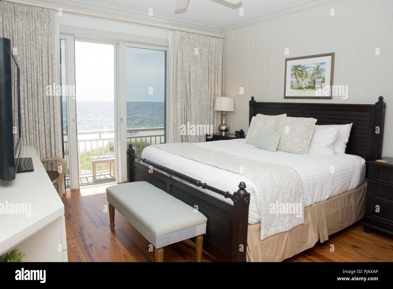 Un coup d'intérieur d'une chambre avec un balcon qui donne sur l'océan. Banque D'Images