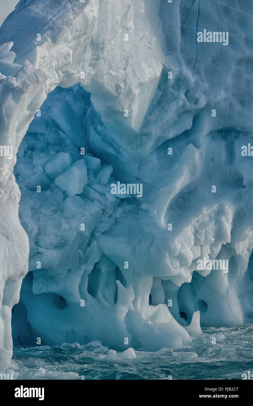 Près d'un iceberg près de fusion, Bråsvellbreen Austfonna, Nordaustlandet, archipel du Svalbard, Norvège, 2018 Photo Stock