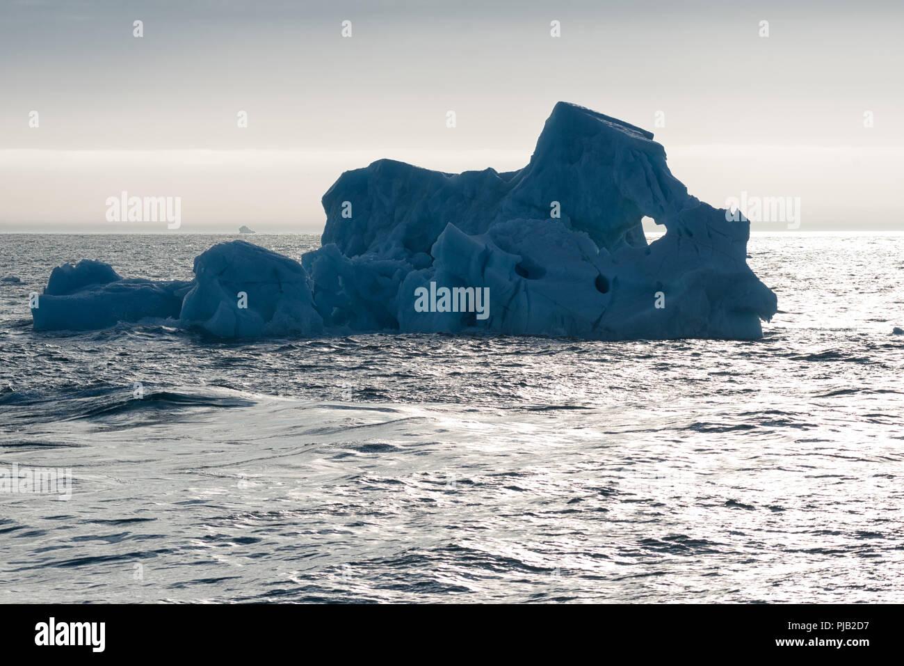 Iceberg de fusion dans le soleil du soir avec une fenêtre comme un coeur près de Bråsvellbreen, Austfonna, Nordaustlandet, Salbard archipel, Norvège, 2018 Photo Stock