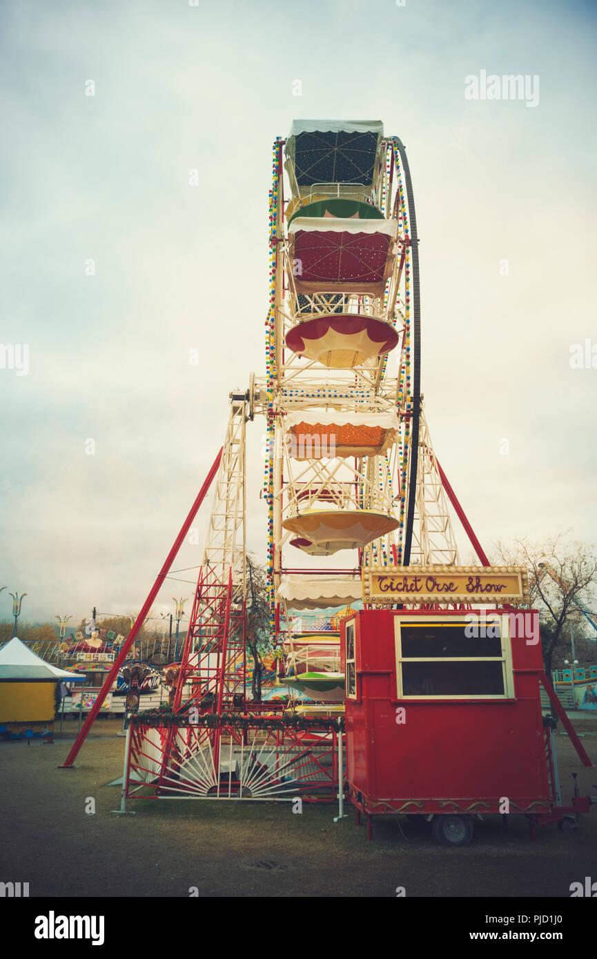 Une grande roue nostalgique sur un champ de foire Photo Stock