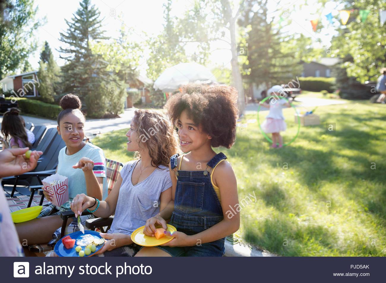 Voisins musicaux de manger au quartier d'été à sunny park block party Photo Stock