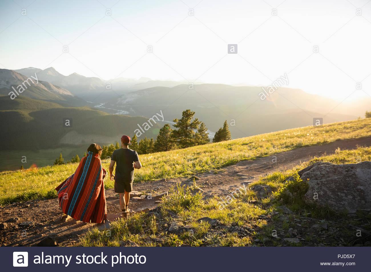 Couple sur la marche générale de la colline sunny Mountain, Alberta, Canada Photo Stock
