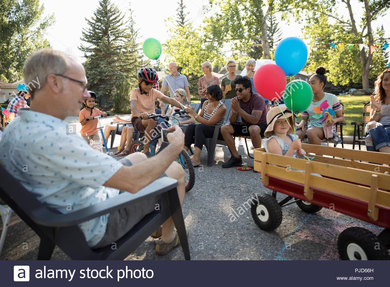 Les enfants des voisins bénéficiant du défilé de la fête de quartier d'été Banque D'Images