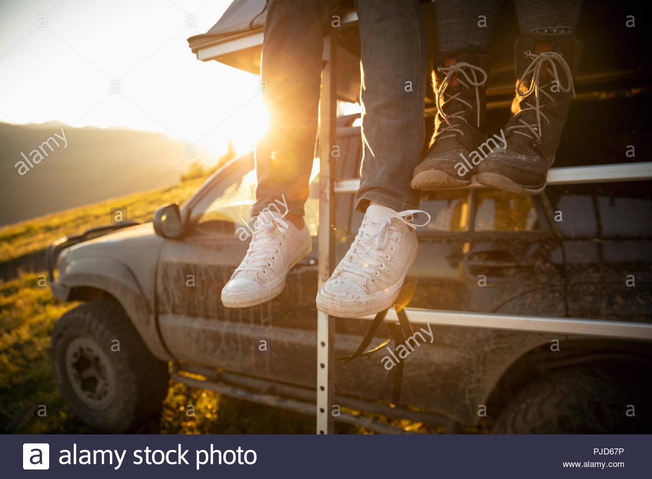 Deux pieds de ballant sur le toit de SUV Photo Stock