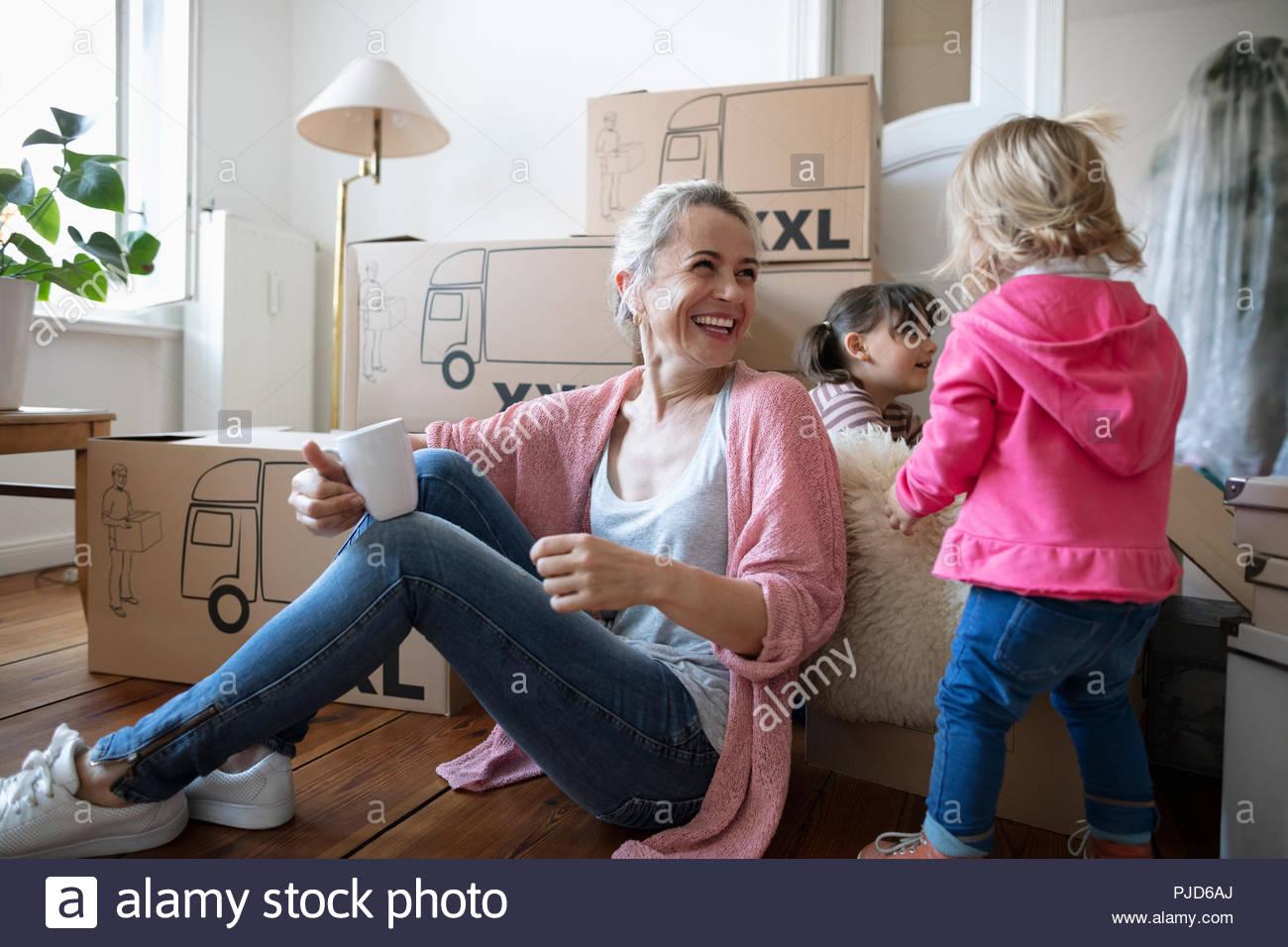 Heureuse mère et filles de prendre une pause de déménagement Photo Stock
