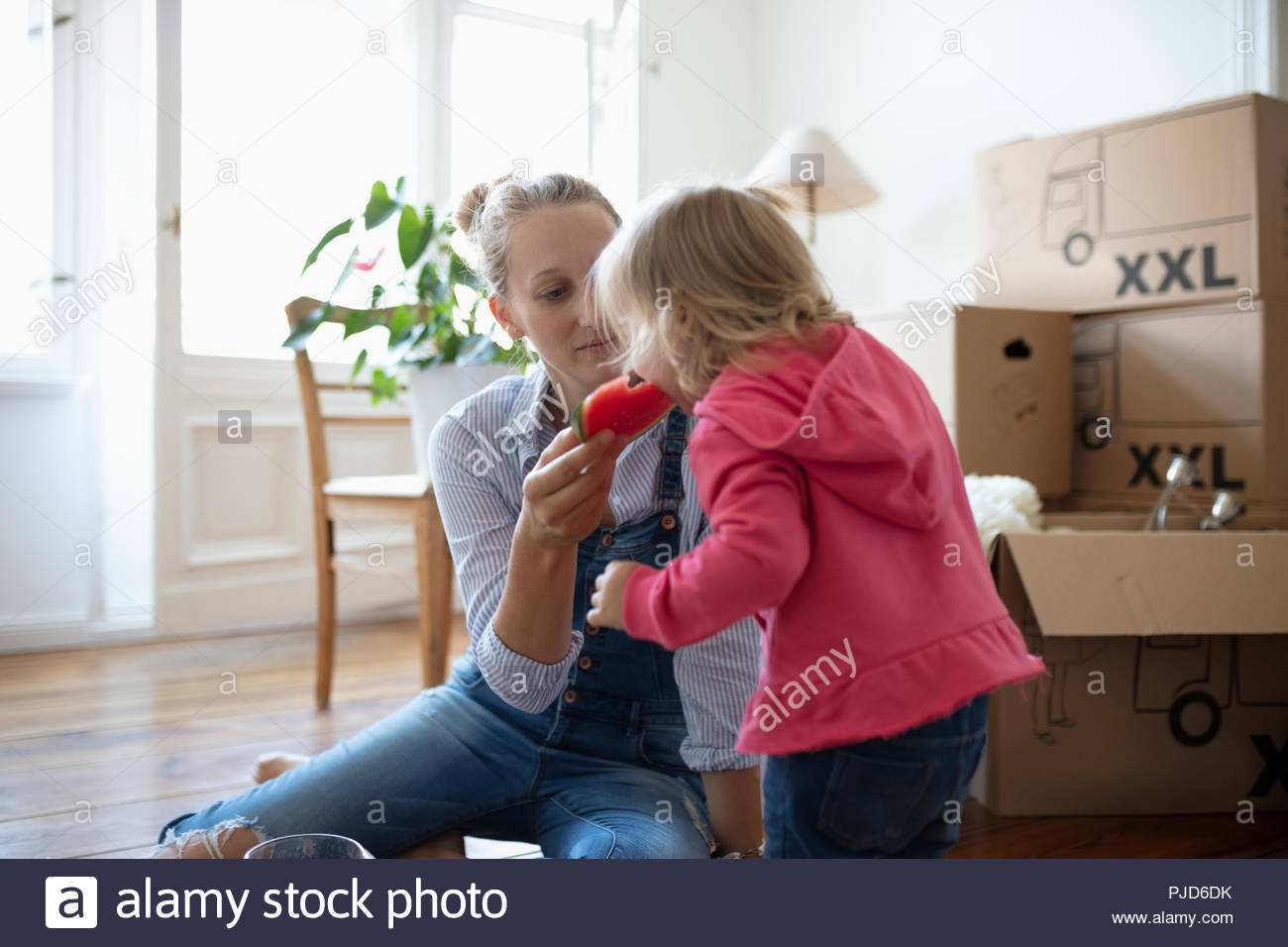 Mother and Daughter eating watermelon, prendre une pause pour aller dans Photo Stock