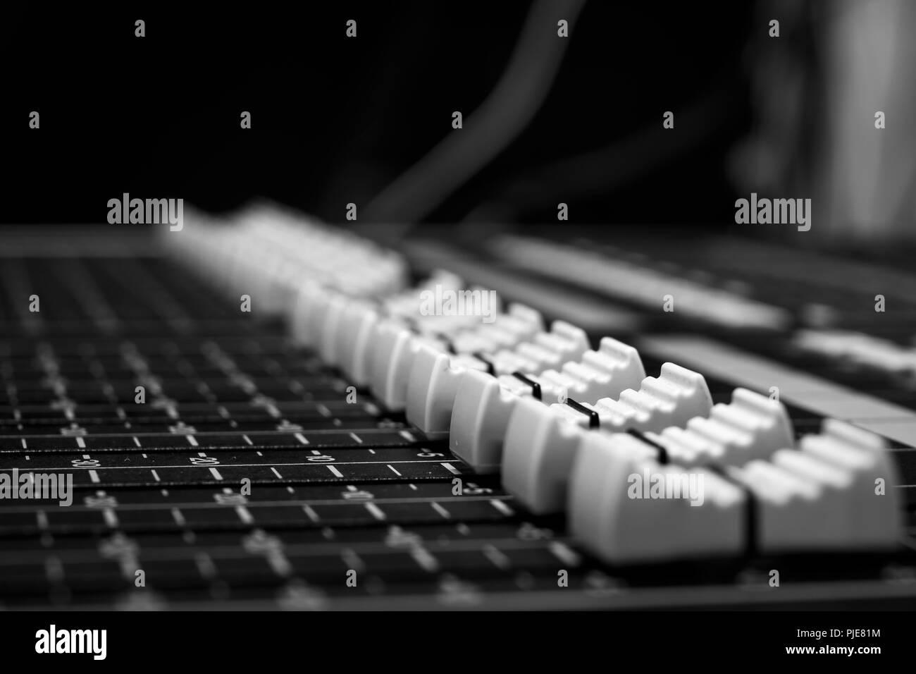 Son style monochrome audio console de mixage professionnelle faders