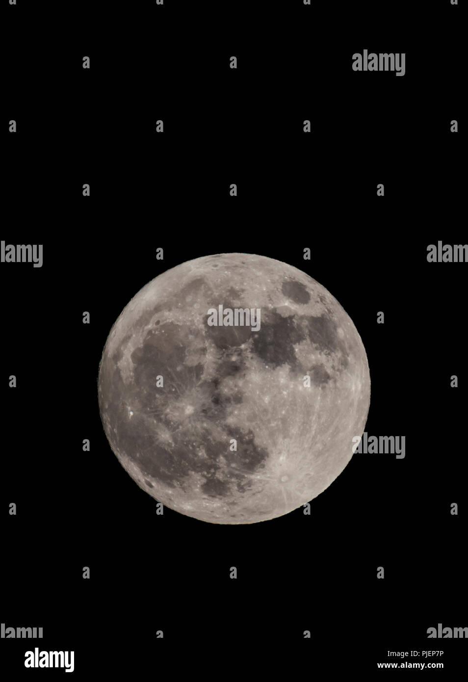 Supermoon au 1er janvier 2018 pris dans le sud de l'Angleterre, Royaume-Uni. La pleine lune la nuit en hiver. Super pleine Lune Portrait avec copie espace. Photo Stock